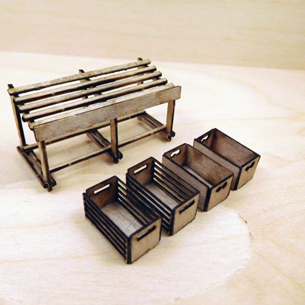 <p>Contains parts to assemble 1 marketstand and 4 fruit/vegetable- crates (2 each of 2 different versions) - plus an assembly jig to align the marketstand&#39;s legs.<br />