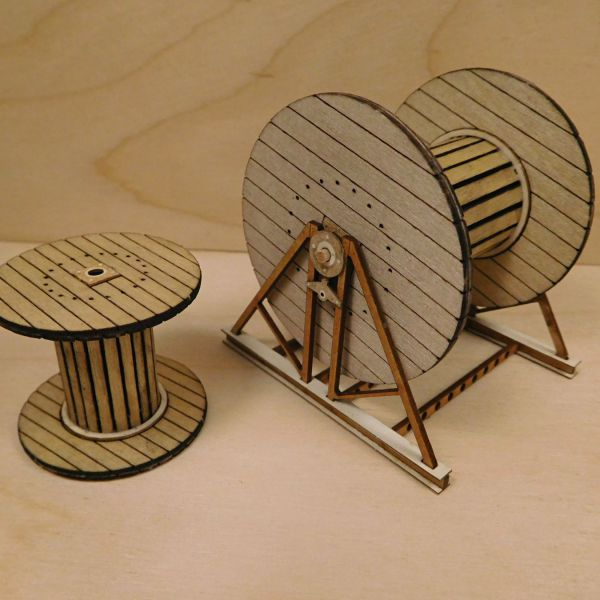 <p>Big set, containing parts to assemble two cable reels (small and large) and the accompanying support to mount the large one.<br />